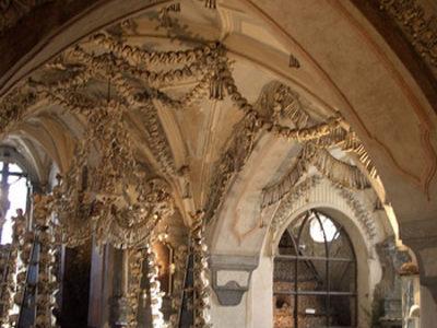 El osario de Sedlec, huesos y calaveras cerca de Praga