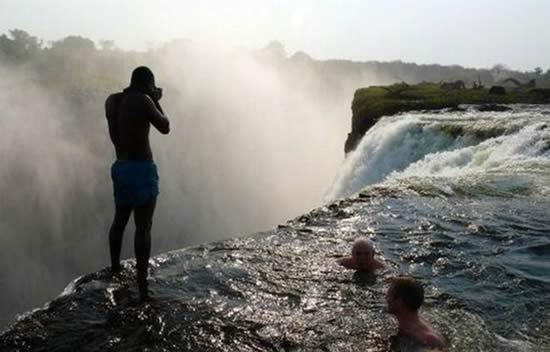 Turismo en las cataratas victoria gu a de viaje for Donde queda la piscina del diablo
