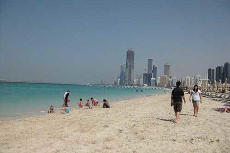 La carretera de cornisa de Abu Dhabi, playas y jardines