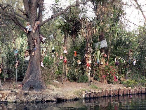 http://diariodeunturista.com/wp-content/uploads/2011/06/la-isla-de-las-munecas.jpg